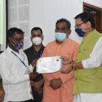 CM धामी ने प्रधानमंत्री आवास योजना- ग्रामीण के लाभार्थियों को आवास स्वीकृति पत्र सौंपे।